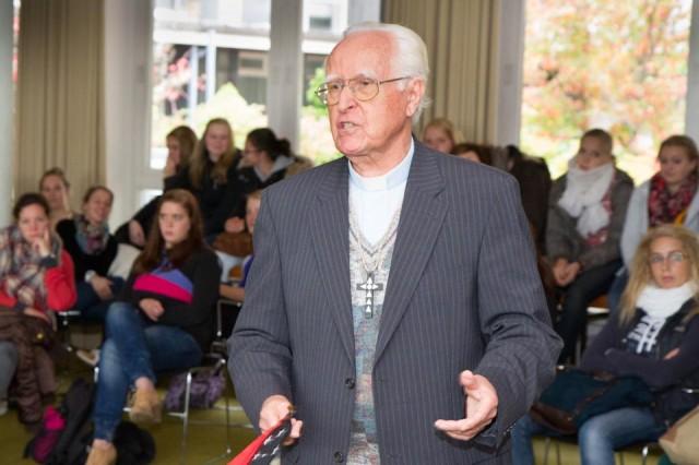 Erzbischof Karl Hesse berichtete den Schülern aus Papua-Neuguinea, wo er seit 48 Jahren lebt und wirkt. Foto. SMMP/Bock