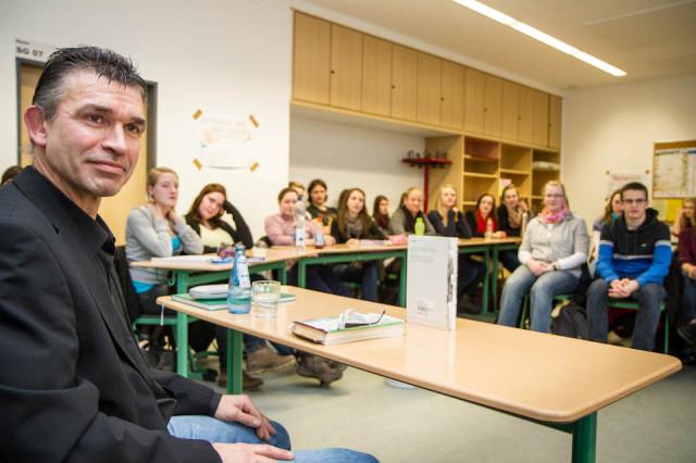 Hermann Wenning beantwortet zahlreiche Schülerfragen zu seiner Biografie. Foto: SMMP/Bock