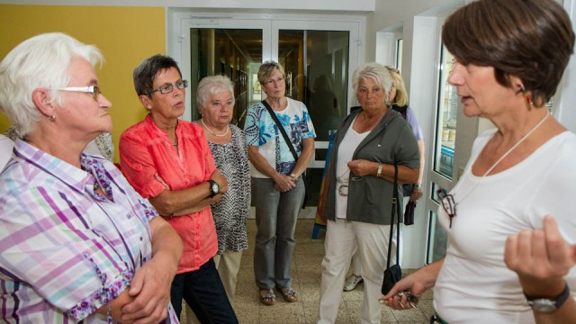 Lehrerin Elisabeth Hamm führt einige Besucher des Bestwiger Bibelsommers durch das Berufskolleg. Foto: SMMP/Bock