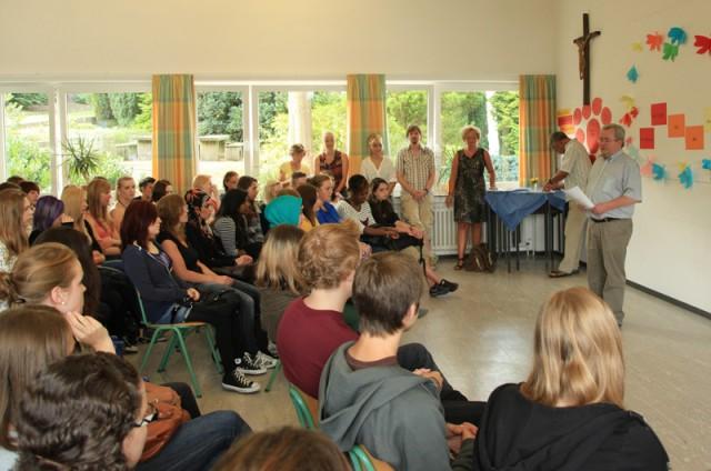Erster Schultag, Begrüßung durch Herrn Kruse (Foto: BKBB/IS)