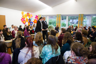 Geschäftsführerin Sr. Anna Maria Hovest und der kaufmännische Leiter Michael Bünger loben das Engagement der Schüler. Foto: SMMP/Bock