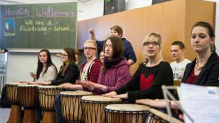 Die Auszubildenden aus der Kinderpflege Oberstufe haben für die Urkundenübergabe eigene Songs getextet und arrangiert. Foto: SMMP/Bock