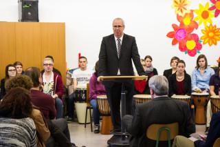 Bestwigs Bürgermeister Ralf Péus freut sich, dass die Schule für die Vermittlung sozialer Kompetenzen steht. Foto: SMMP/Bock
