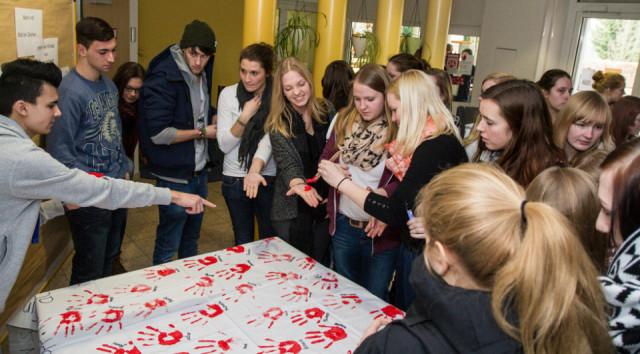 Mehrere hundert Schüler des Berufskollegs Bergkloster Bestwig beteiligten sich an der Aktion zum Red Hand Day und setzen damit ein Zeichen gegen den Einsatz von Kindersoldaten. Foto: SMMP/Bock