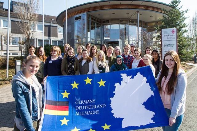 Freuen sich auf ihr Auslandspraktikum: 22 Schülerinnen und Schüler aus den verschiedenen Bildungsgängen des Berufskollegs Bergkloster Bestwig. (Foto: SMMP | U. Bock)