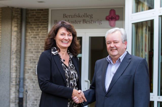 Anne Gerke ist neue stellvertretende Schulleiterin des Berufskollegs Bergkloster Bestwig. Schulleiter Willi Kruse heißt sie herzlich willkommen. Foto: SMMP/Bock