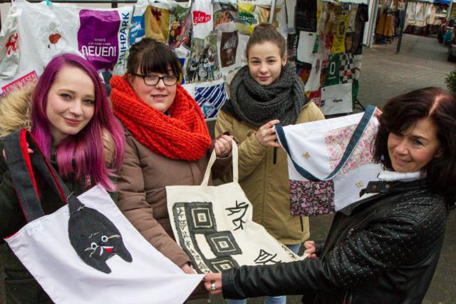 Jede Tasche ein Unikat: Die Aktion der Berufsschüler kam auf dem Wochenmarkt in Meschede gut an. Foto: SMMP/Bock