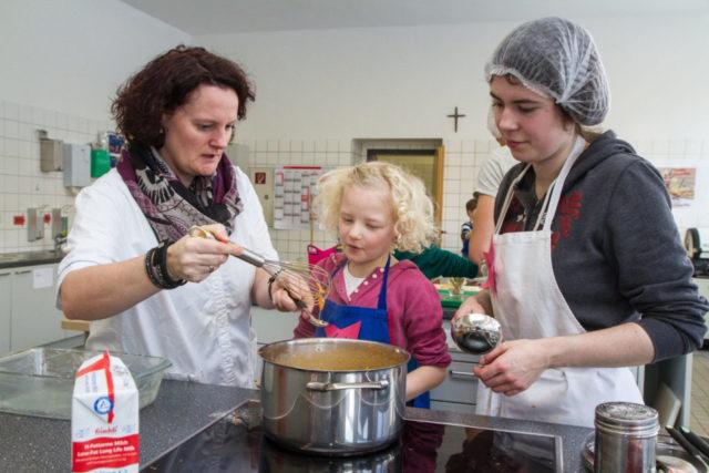Lotta ist beim Kochen nach Bildern mit den angehenden Siozialassistentinnen und -assistenten voll bei der Sache. Foto: SMMP/Bock