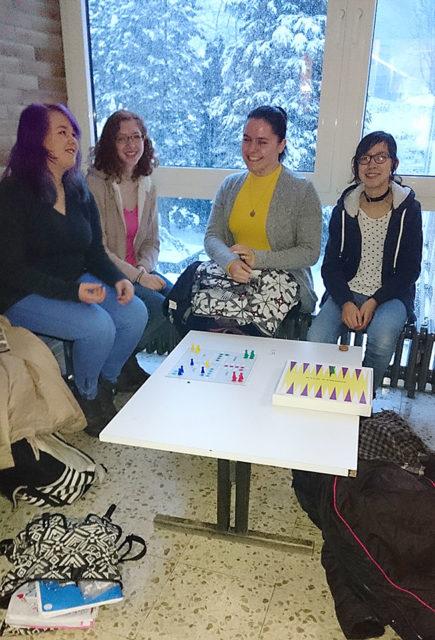 Kreativität war gefragt - beim Warten auf die Mitschüler und Lehrer die wegen des Schneechaos nicht pünktlich (oder gar nicht) ankamen, war es schön, dass sich Möglichkeiten zu einem kreativen Zeitvertreib boten!