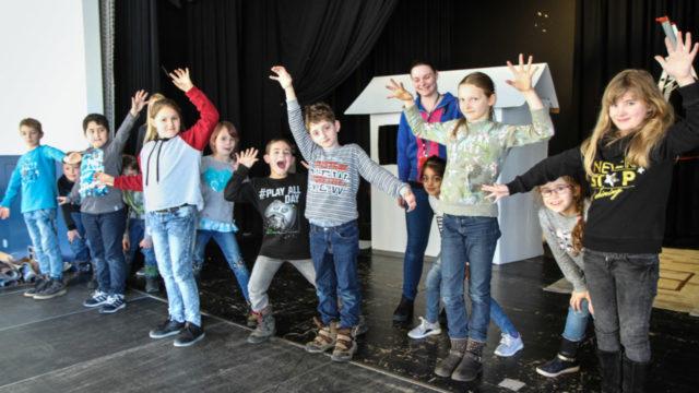 Grundschulkinder aus Nuttlar, Ramsbeck und Velmede üben für den Tanz der Angst im Märchenwald. Foto: SMMP/Ulrich Bock