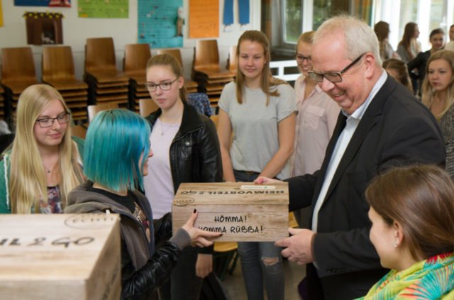 Bürgermeister Ralf Péus vertelt die Heimvorteil2go-Boxen an die Abiturienten. Foto: SMMP/Bock